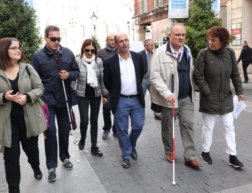 Tres concejales comprueban con la Asociación de Sordociegos y la Once las posibles mejoras en las calles más frecuentadas