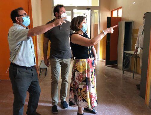 El Ayuntamiento pone 60.000 euros más al mes para la limpieza extra de colegios que no asume la Junta