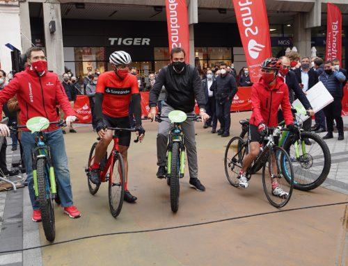 Induráin y Martín Fiz se retan en los carriles bici de Valladolid en una apuesta por la movilidad sostenible
