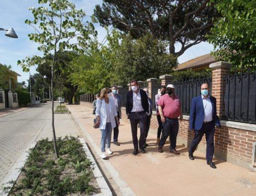 Aceras más amplias, más árboles y nueva ordenación de aparcamiento en el Pinar de Antequera